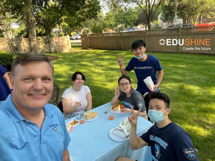 Nhật Minh (Áo EC Connection) ở buổi tiệc chào mừng sinh viên quốc tế tại tư gia thầy Troy Vanaken - hiệu trưởng Elmhurst University